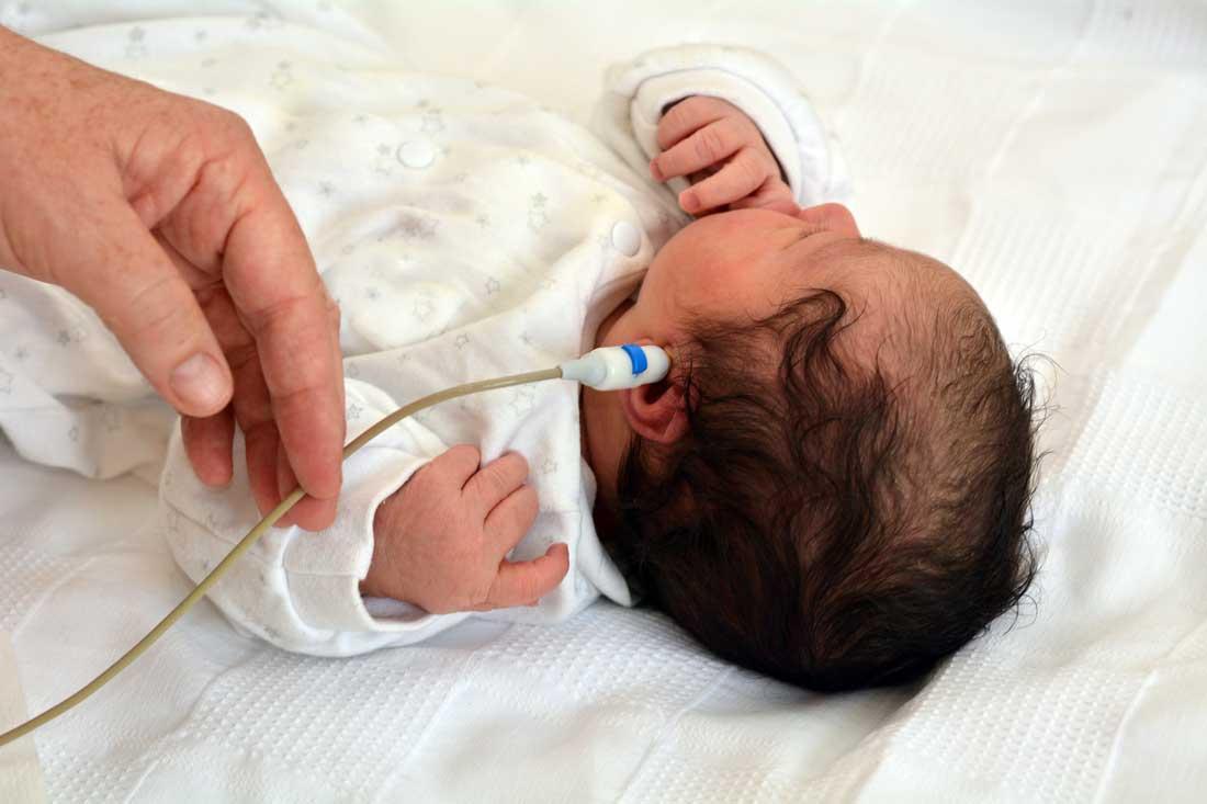 Hörtest bei Neugeborenen